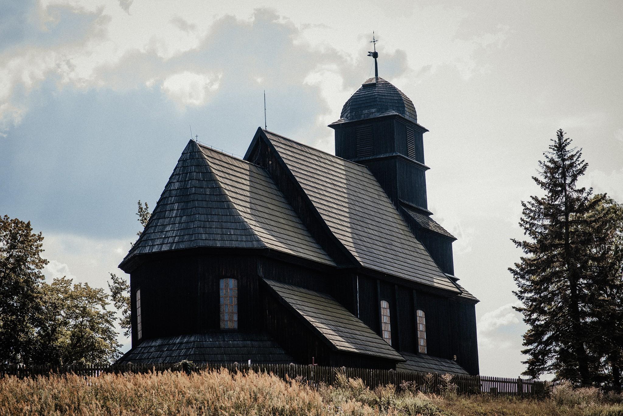 ślub w drewnianym kościółku
