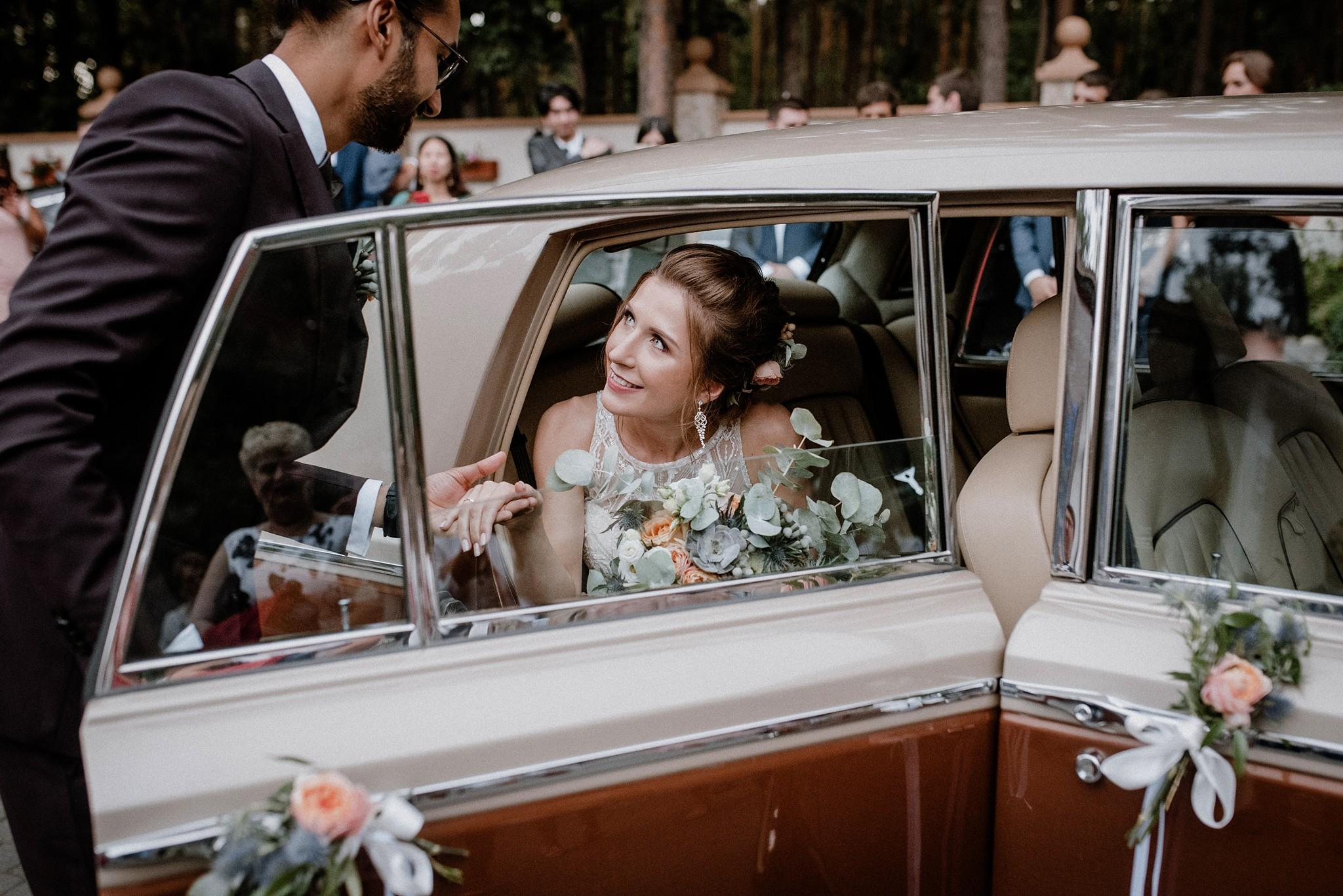 naturalna fotografia par samochód ślubny