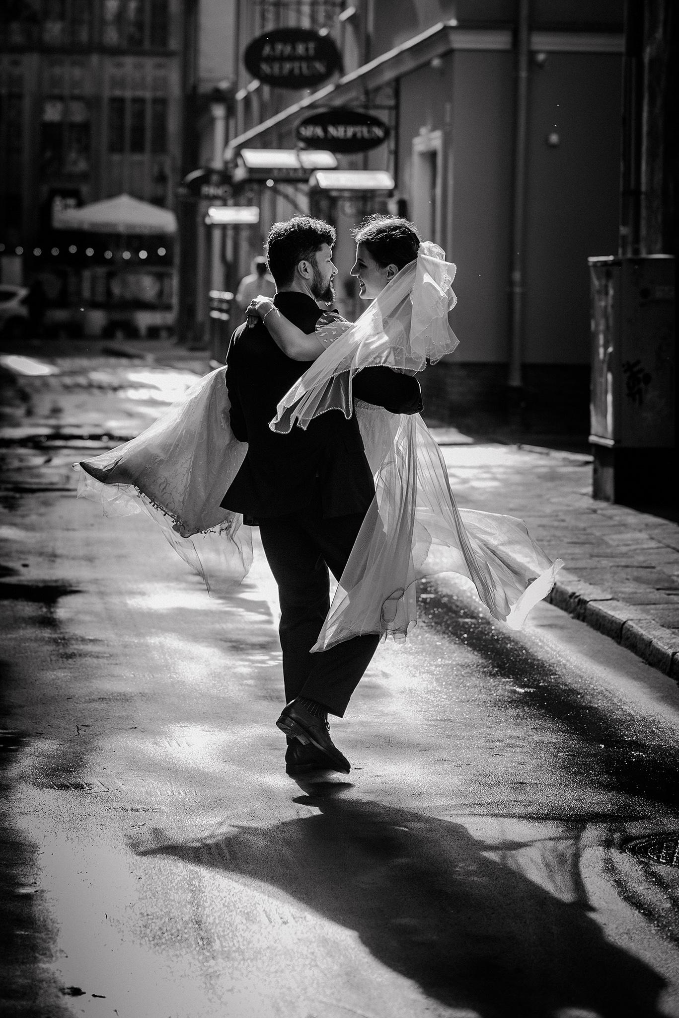 zakochani tańczący na ulicy